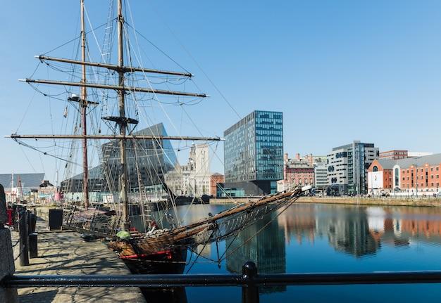 Vista del edificio albert dock y three graces en liverpool