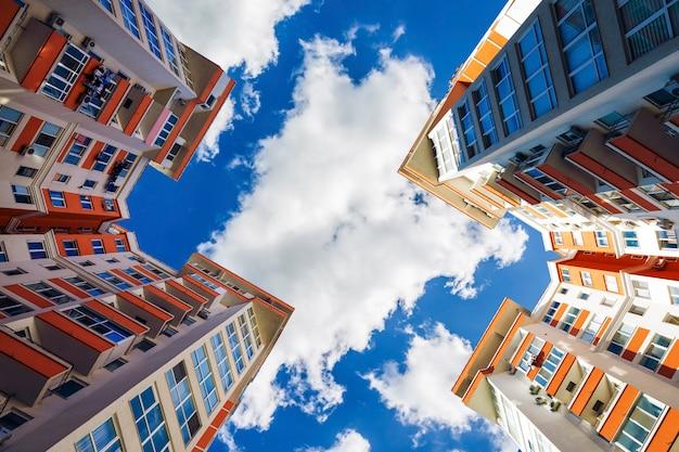 Vista del edificio de complejos residenciales, vista de bajo perfil