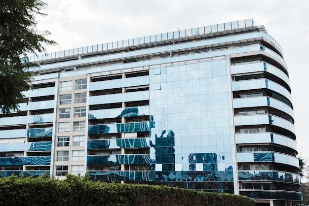 Vista del edificio diseñado con vidrio
