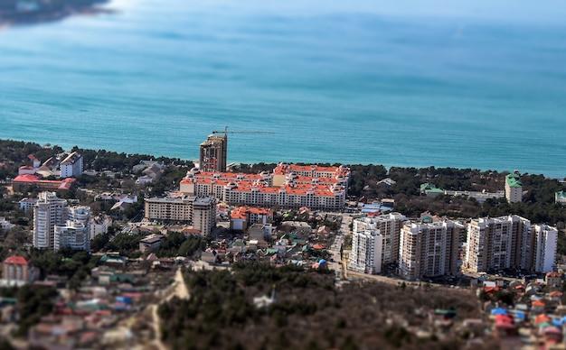 Vista del edificio en miniatura y el mar.