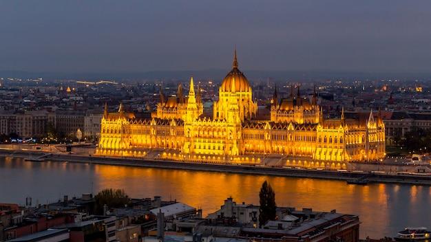 Vista del edificio del parlamento iluminado en budapest