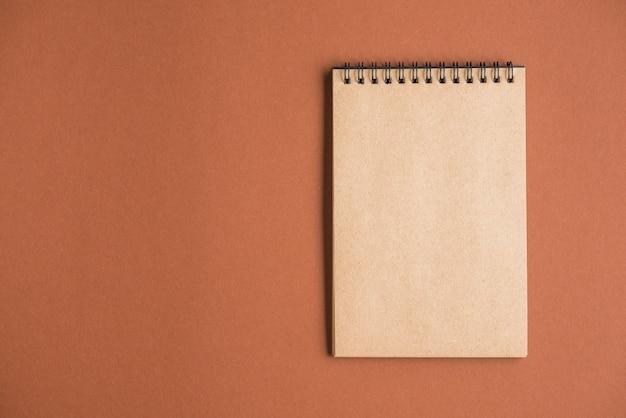 Vista elevada del bloc de notas en el fondo de color