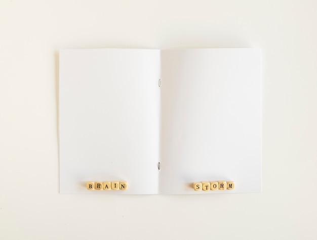 Vista elevada de los bloques de lluvia de ideas en la página abierta