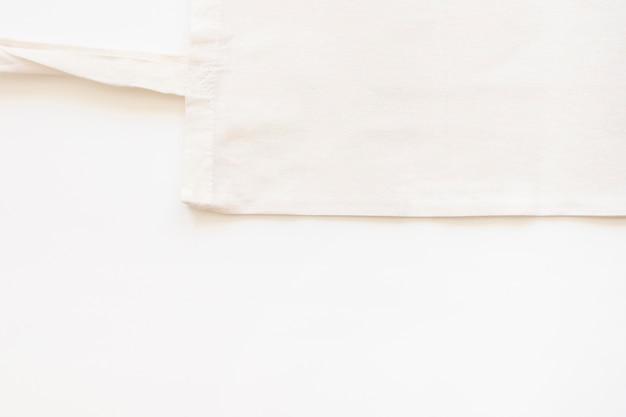 Vista elevada de la bolsa de algodón sobre fondo blanco