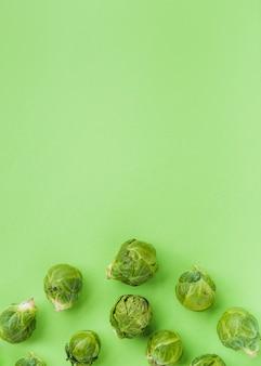 Vista elevada de coles de bruselas frescas en superficie verde