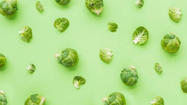 Vista elevada de coles de bruselas sobre fondo verde