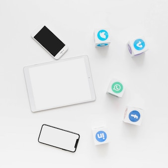 Vista elevada de las aplicaciones de redes sociales con teléfono móvil y tableta digital