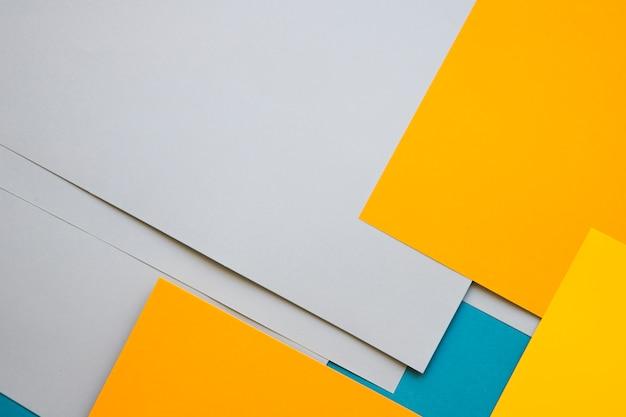 Vista elevada de papeles de cartón multicolores