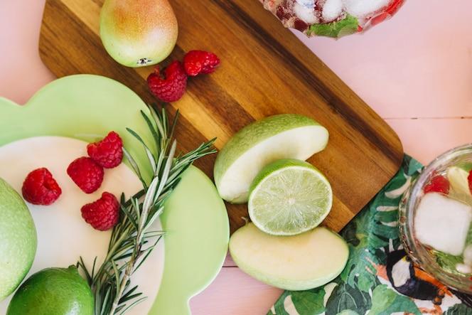 Vista elevada de varias frutas sanas frescas
