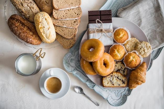 Vista elevada del delicioso desayuno en la mesa