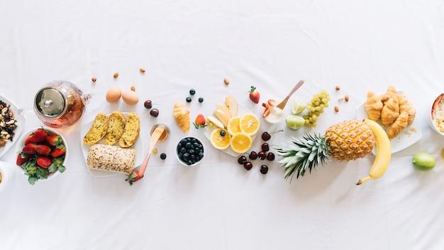 Vista elevada de desayuno saludable sobre fondo blanco