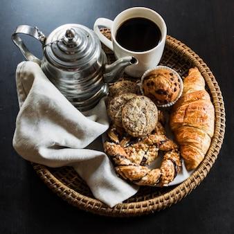 Vista elevada del desayuno sobre fondo negro