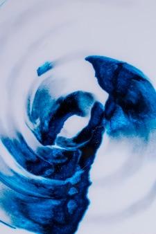 Vista elevada del diseño de patrón ondulado azul sobre papel blanco