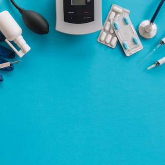 Vista elevada de equipos médicos sobre fondo azul