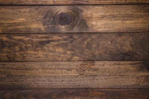 Vista elevada del escritorio de madera antiguo.