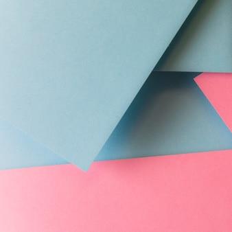 Una vista elevada de fondo de papel de forma de triángulo colorido