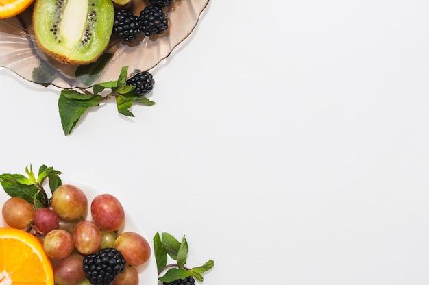 Una vista elevada de frutas sobre fondo blanco
