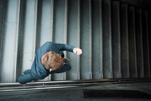 Una vista elevada de un hombre de negocios corriendo abajo