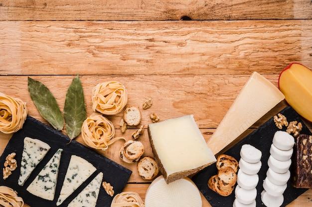 Vista elevada de los ingredientes frescos del desayuno sobre un tablón de madera con textura