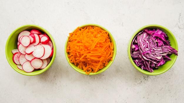 Vista elevada de ingredientes frescos picados en un tazón