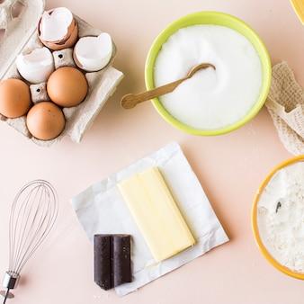 Vista elevada de ingredientes para hacer pastel.