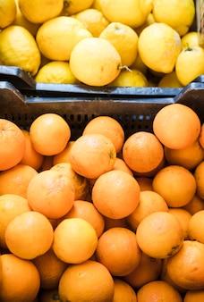 Vista elevada de jugosas frutas de limón y kumquats en el mercado