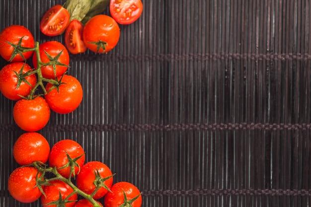 Vista elevada de jugosos tomates rojos en mantel