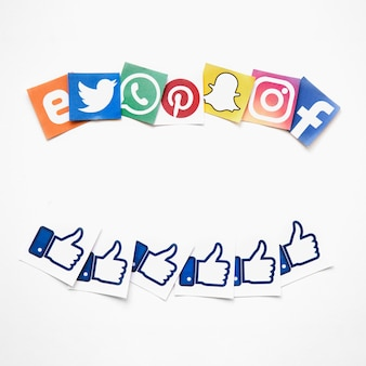 Vista elevada de medios sociales vivos y como iconos sobre fondo blanco