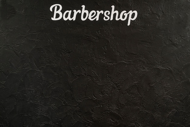 Vista elevada de una palabra de barbería sobre fondo negro