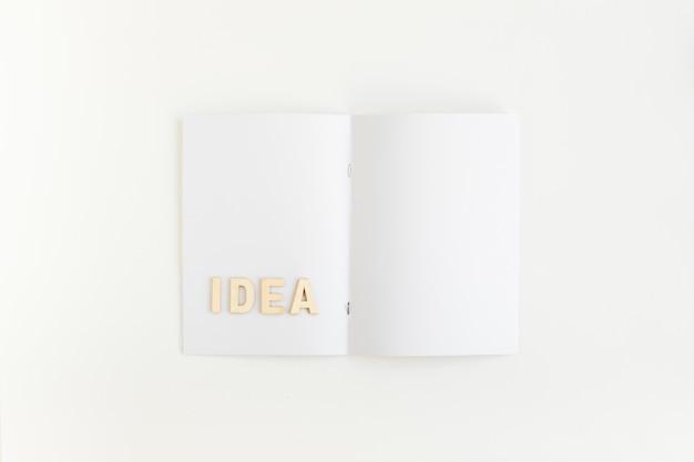 Vista elevada de la palabra idea en la tarjeta