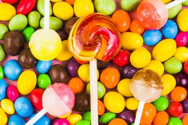 Vista elevada de paletas y caramelos dulces.