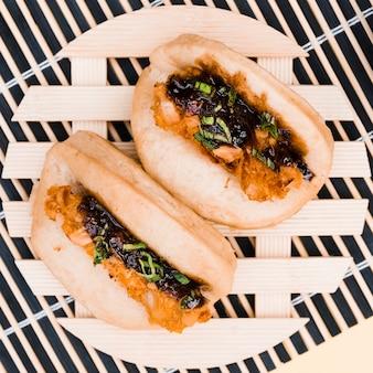 Una vista elevada del pan de pita panecillo sándwich de taiwan gua bao