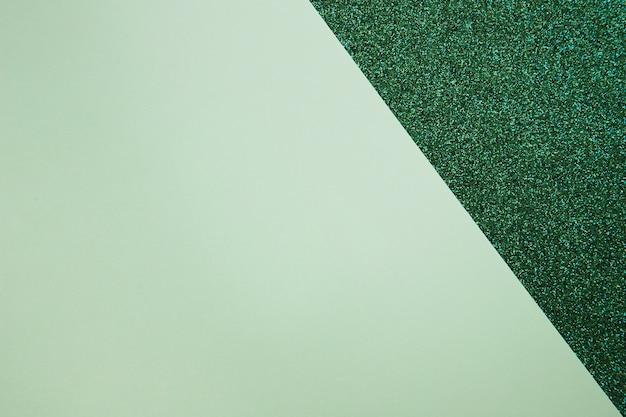Vista elevada de papel de cartón en superficie verde
