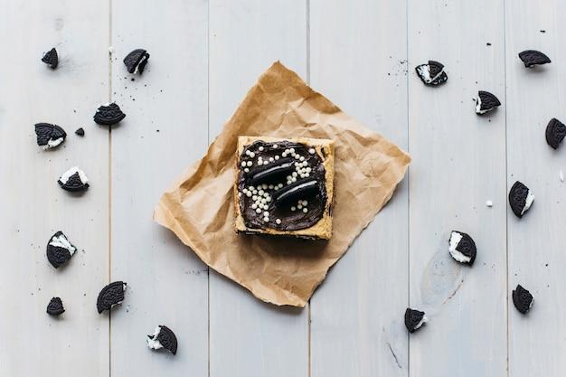 Vista elevada de piezas de pastelería y galletas en superficie de madera