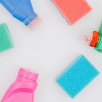 Una vista elevada de productos de limpieza en el fondo blanco
