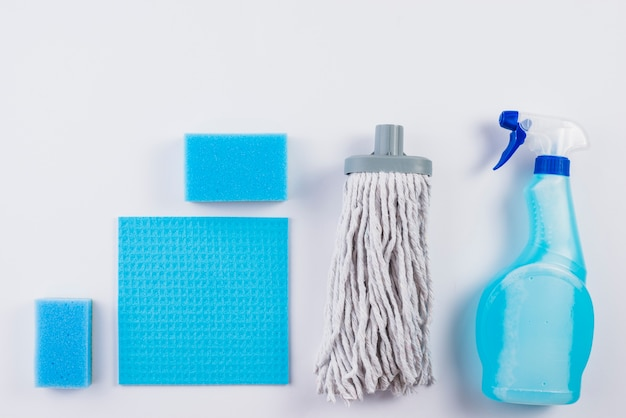 Vista elevada de productos de limpieza sobre fondo gris