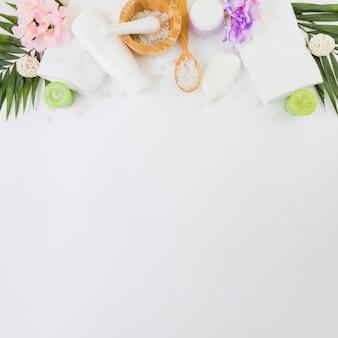 Vista elevada de productos de spa sobre fondo blanco