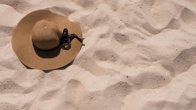 Una vista elevada de sunhat en la arena de la playa