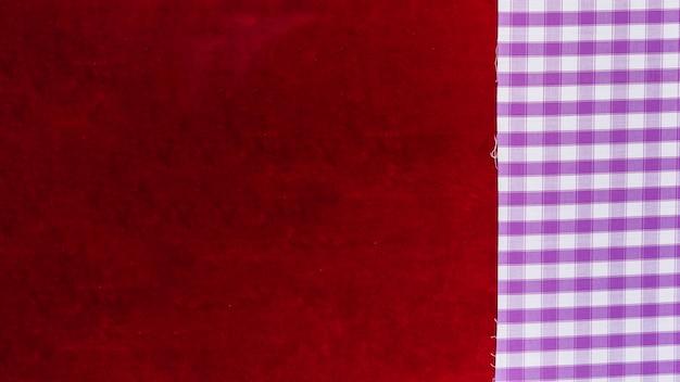 Vista elevada de tejido de patrón a cuadros y tejido liso de color burdeos