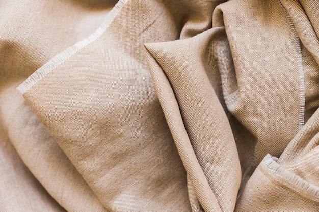 Vista elevada de tela de saco de arpillera plegada.