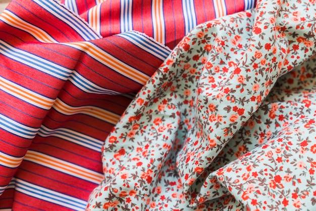 Vista elevada de textiles de algodón con motivos florales y rayas.