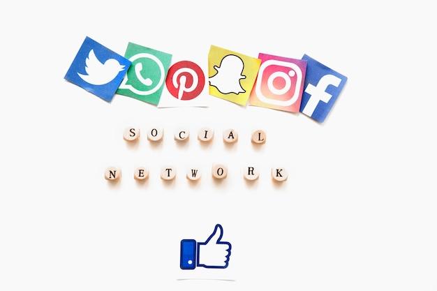 Vista elevada de varios iconos de aplicaciones móviles, palabra de red social y signo de los pulgares arriba