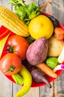 Vista elevada de vegetales orgánicos coloridos en un tazón