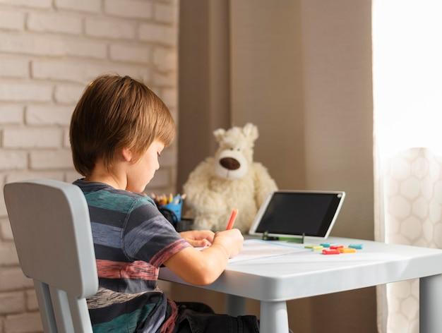 Vista por encima del hombro interacciones escolares en línea