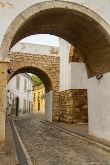 Vista de la entrada bien conocida del arco de la ciudad de faro, portugal.