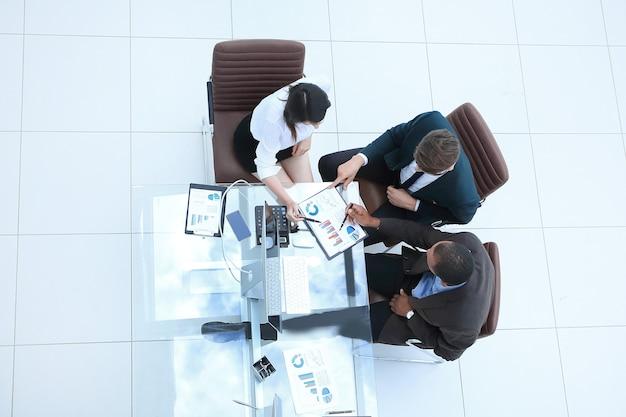 Vista desde el equipo empresarial superior haciendo un informe financiero