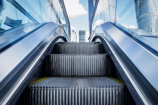 Vista de la escalera mecánica en una estación de metro