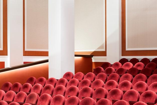 Vista desde las escaleras en filas de cómodas sillas rojas en el teatro