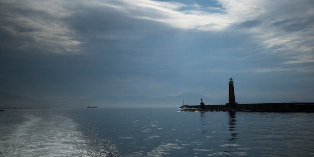 Vista escénica del faro por el mar, nápoles, campania, italia