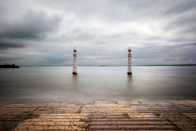 Vista espectacular de los escalones y pilares de mármol en cais das colunas en lisboa
